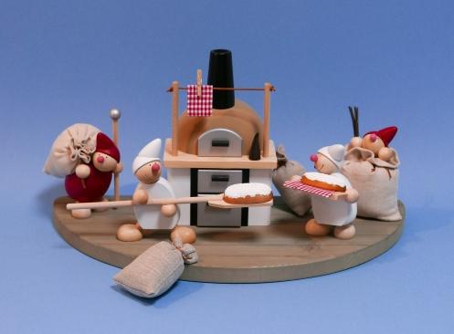 Weihnachtswicht mit Sack, Wicht (uno) mit Brotschieber (weiß), Räucherbachofen, Wicht mit Stollen (weiß) und Weihnachtsweicht im Sack (ca. 11 cm hoch)