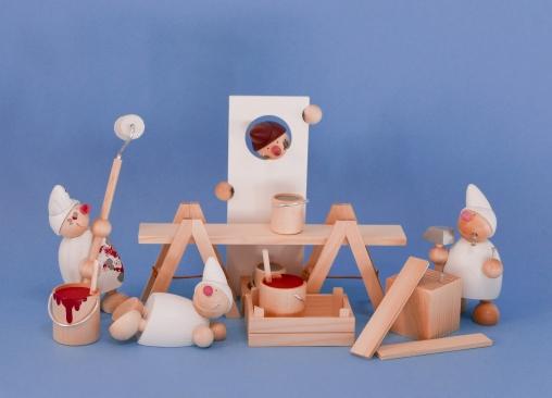 Wicht Maler (weiß), Wicht liegend (weiß), Räucherwicht (weiß) und Wicht mit Hammer (weiß) (ca. 11 cm hoch)